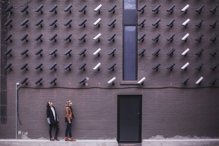 Women looking at security cameras | © Photo by Matthew Henry on Unsplash
